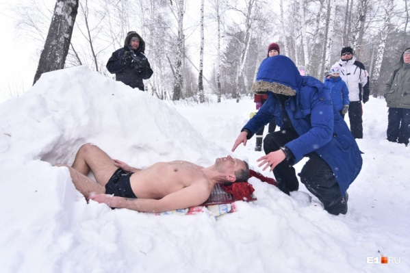 Так выглядели последние приготовления к экстремальному шоу Олега Резанова. Вскоре его начали засыпать снегом
