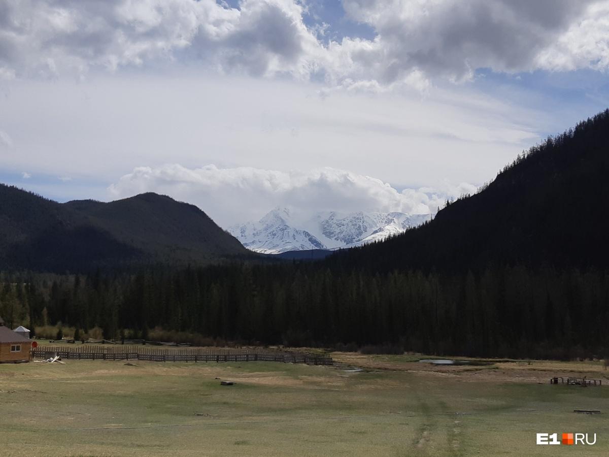 Едем дальше и видим ледник совсем близко. Там, за забором, проход к Голубому озеру