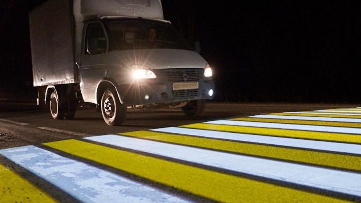 В Омске назвали дороги, где планируют установить проекционные зебры