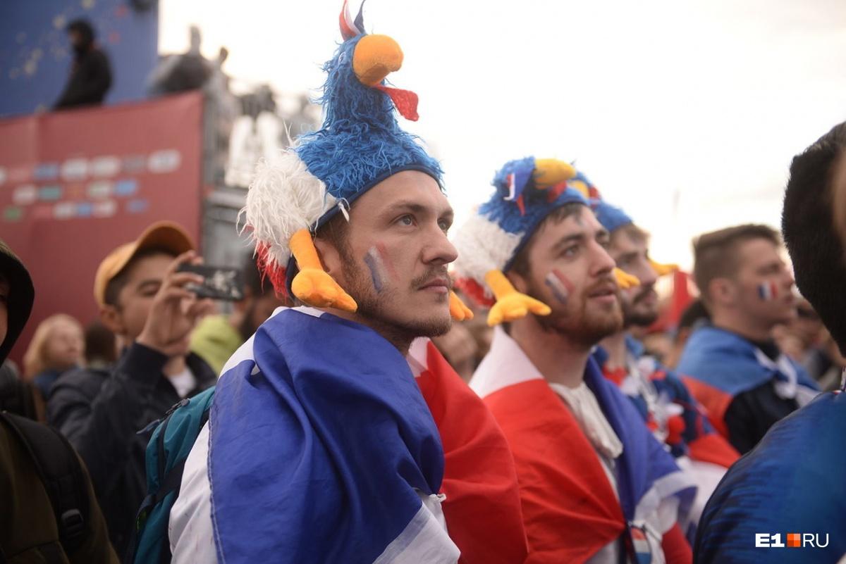 На головах петухи - символ Франции