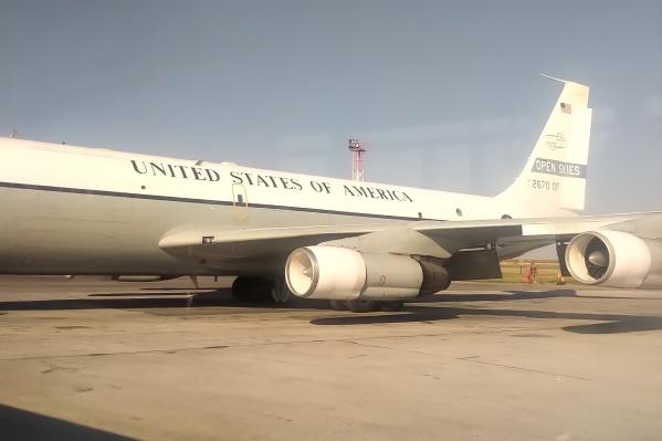 В Толмачёво приземлился самолёт с символикой американских ВВС