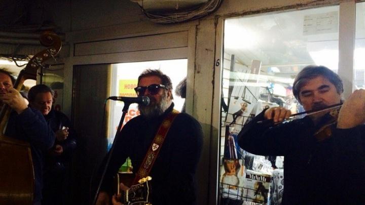 В омский торговый центр пришёл петь Борис Гребенщиков: смотрим выступление в прямом эфире