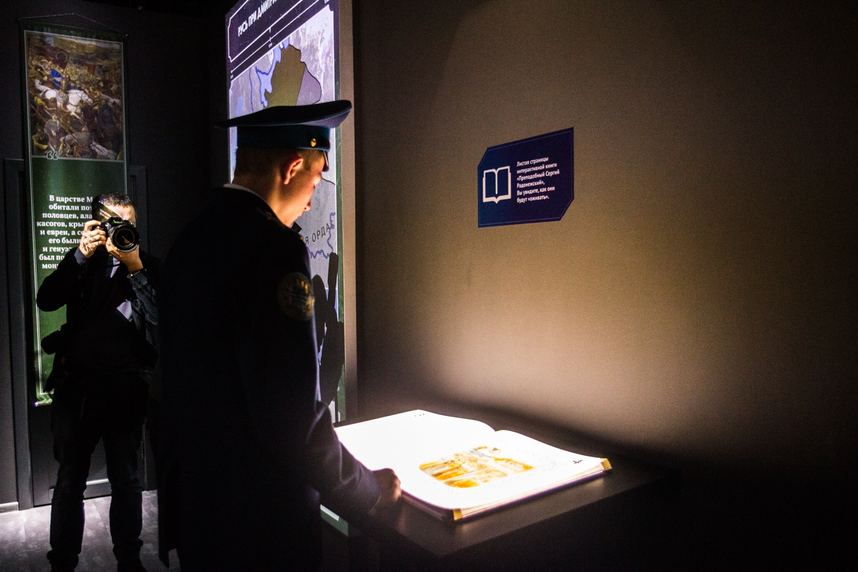 Интерактивная книга —один из самых привлекательных экспонатов музея. При перелистывании страниц на неё проецируется изображение с текстом