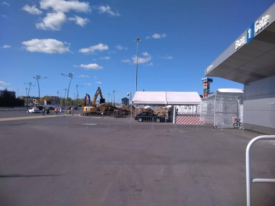 Ремонтные работы ведутся рядом с первым входом на стадион