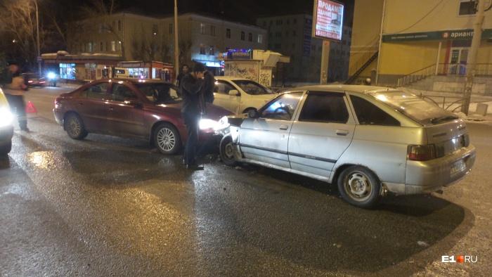ВАЗ-2112 столкнулся сразу с двумя автомобилями