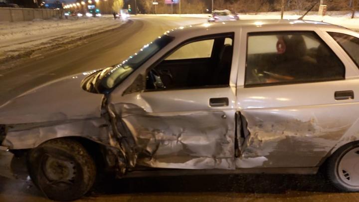 На Сортировке водитель «двенадцатой» устроил массовое ДТП на встречке и сбежал