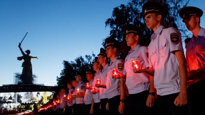 Тысячи сердец бились в унисон: силовики Волгограда зажгли свечи на Мамаевом кургане