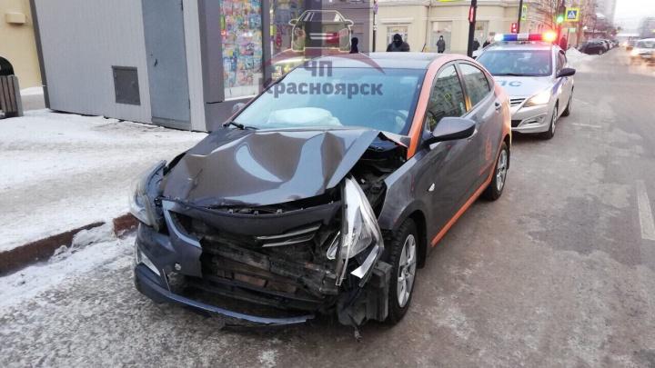 Наглый водитель на арендованном авто вырулил с полосы и устроил коллапс в центре