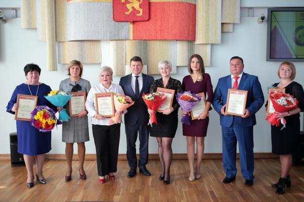 Все педагоги получили грамоты и премии