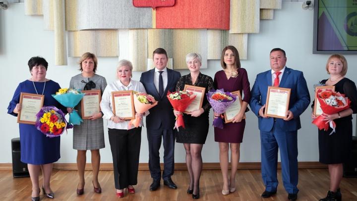 Мэр выписал семи отличившимся педагогам премии по 50 тысяч