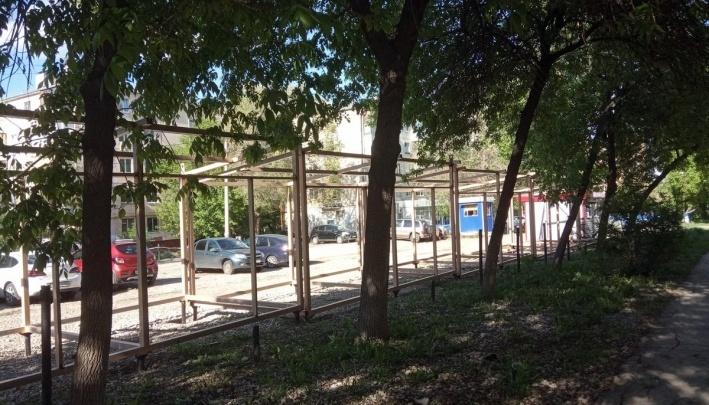 Владельца парковки во дворе на Аэродромной решили выгнать из-за установки киосков