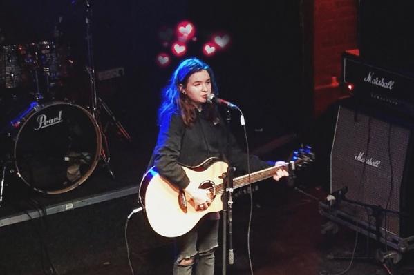 Свою первую песню Алёна Швец выложила в группе во «ВКонтакте» прошлой весной