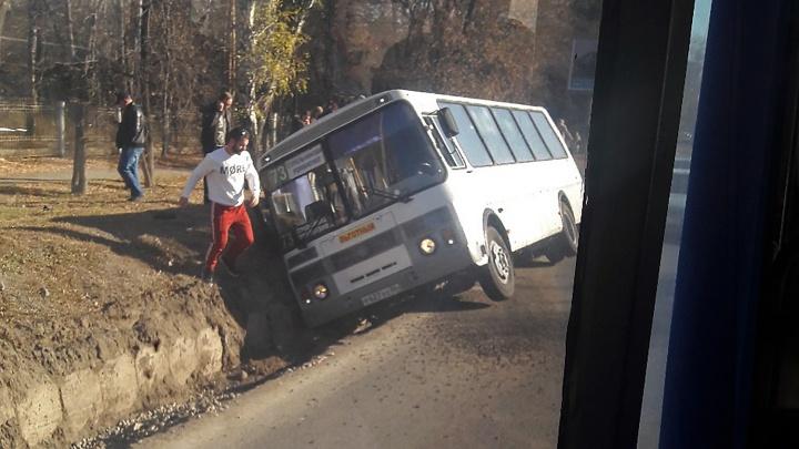 Автобус с пассажирами съехал в канаву на Красном пути