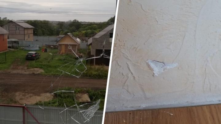 «Обещали вернуться и закончить начатое»: дом жителя поселка под Уфой закидали камнями