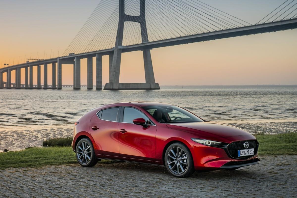 Mazda начинает продажи хетчбэка Mazda3 нового поколения, стоимость которого начинается от 1,5 млн рублей