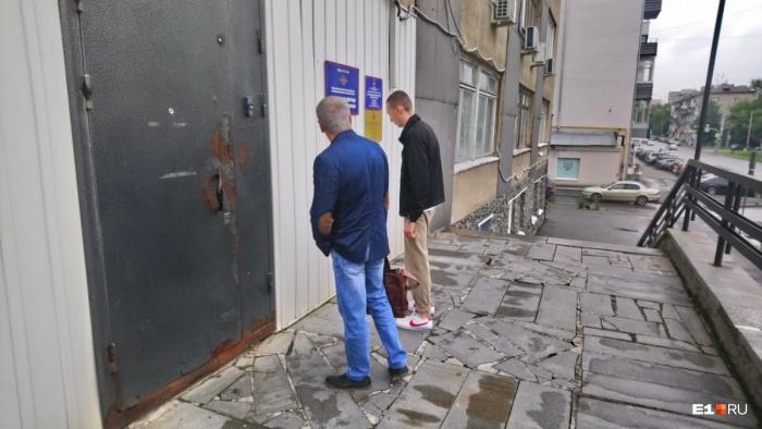 Владимир Васильев со своим адвокатом заходит к следователю на допрос
