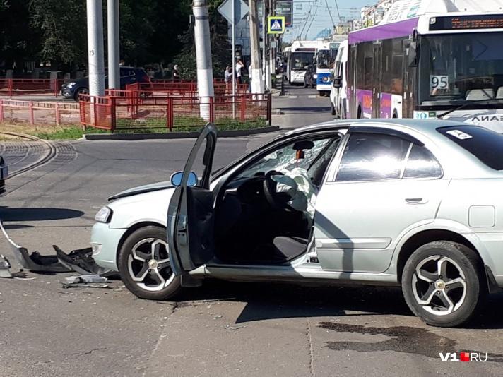 В центре Волгограда произошло ДТП с участием нескольких машин: есть пострадавшие - фото, фото-4
