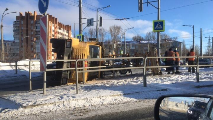 На Московском шоссе перевернулся грузовой автомобиль аварийной службы