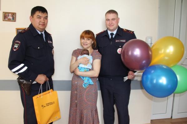 Автоинспекторы Юрий Лесин и Александр Зимин навестили молодую маму, которой недавно помогли