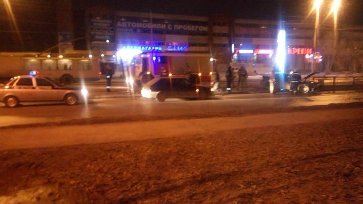 На Эльмаше водитель легковушки, уходя от столкновения, снёс ограждение трамвайной остановки