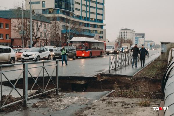На место происшествия стягиваются экстренные службы города