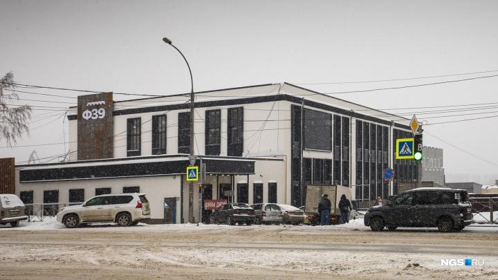 В заброшенном здании завода открылсялофт с ржавым фасадом и 6-метровыми потолками. Что там внутри