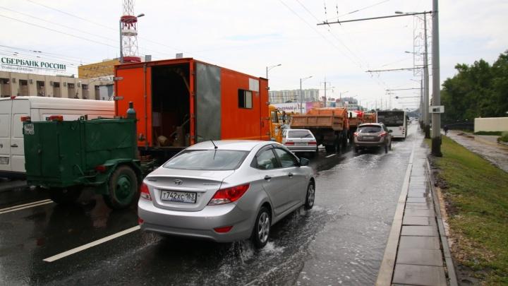 Московское шоссе около ботанического сада залило из-за поломки задвижки на трубе