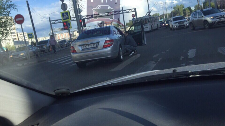Водитель сбил прогуливающегося посреди дороги пешехода и уехал