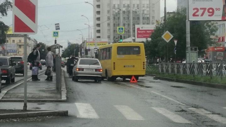 """""""Объезжать приходится по трамвайным путям"""": у Южного автовокзала столкнулись две машины и автобус"""
