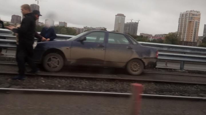 Из-за тройной аварии на Макаровском мосту водители встали в огромные пробки