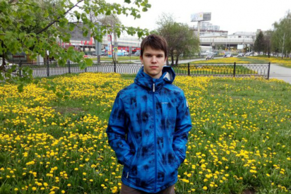 Александр был одет в синюю куртку и синие кроссовки. На спине у него был темно-серый рюкзак