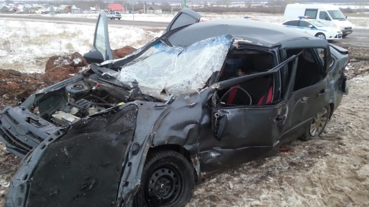 На трассе в Башкирии «Лада» столкнула в кювет КАМАЗ: погибла пассажирка легковушки