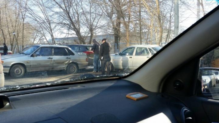 Авария с участием нескольких машин привела к затору на Российской в час пик
