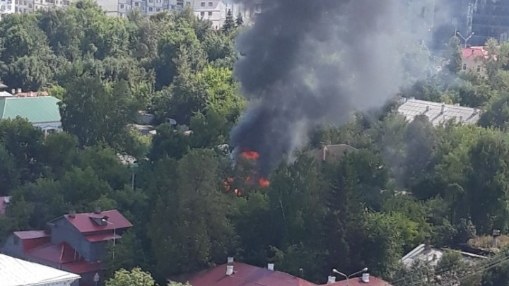 В центре Уфы вспыхнул частный дом
