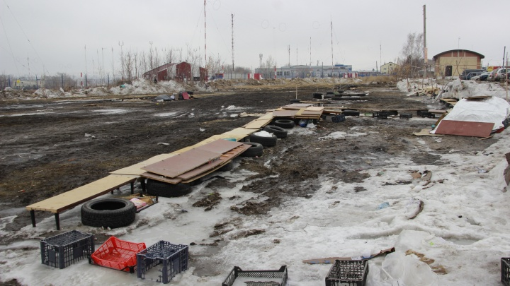 «Десятки людей выкинули на помойку»: новое место для омской барахолки тонет в грязи