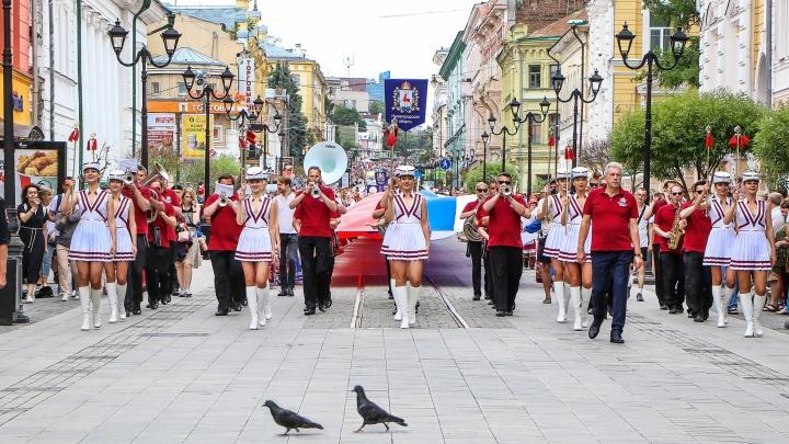 Дерзкие танцы, флаг на половину Покровки и небо в парашютах: показываем самые яркие кадры Дня России