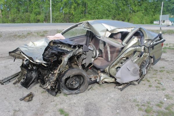 «Тойота» после столкновений с лосем и грузовиком «Мицубиси»