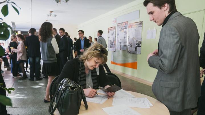 Двух школьников удалили с ЕГЭ за переписывание заданий себе на руку