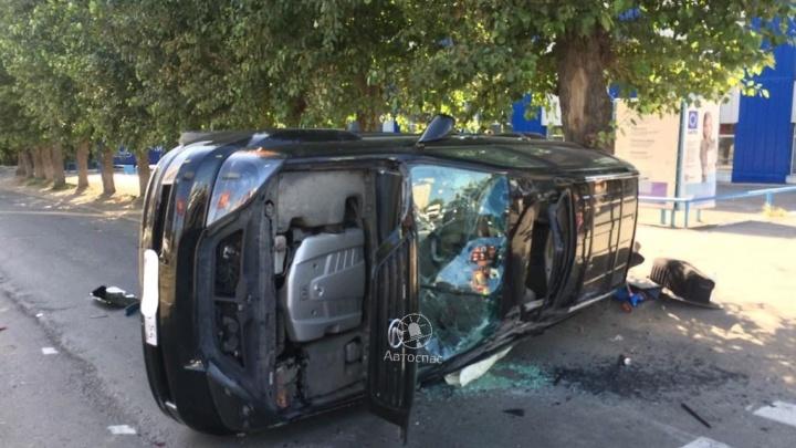 «Подкинуло и перевернуло»: Lexus врезался в дерево на Гурьевской