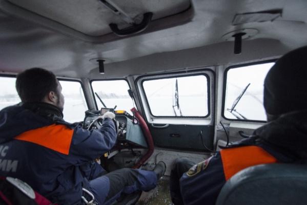 Через реку женщину перевезли спасатели Арктическогоаварийно-спасательного центра МЧС России