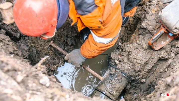 В домах Куйбышевского района отключат холодную воду из-за прорыва трубы