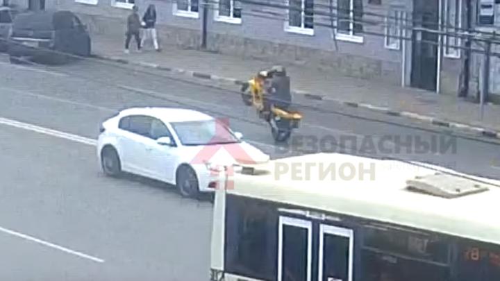 В центре Ярославля молодой мотоциклист на скорости влетел в джип