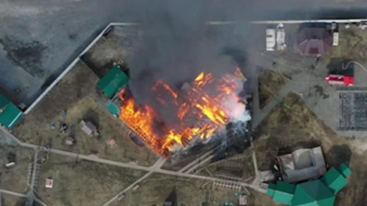 По данным МЧС, огнём охвачена площадь в 150 квадратных метров