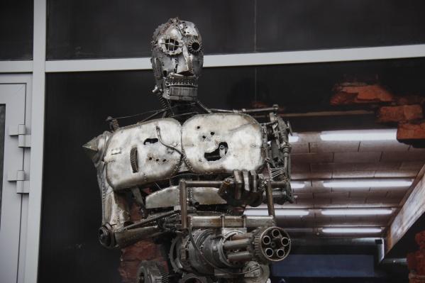 Фигура робота с пулемётом появилась у входа в магазин автотоваров