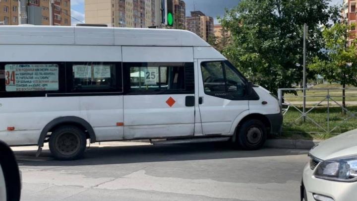 Маршрутка с пассажирами врезалась в «Ниссан» и снесла ограждение