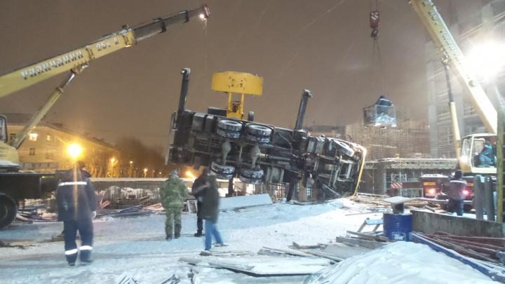 На стройке в Екатеринбурге перевернулся подъёмный кран