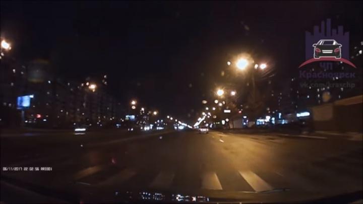 «Сохранился и пошел»: пьяный мужчина бросился под колеса ВАЗа на 9 Мая