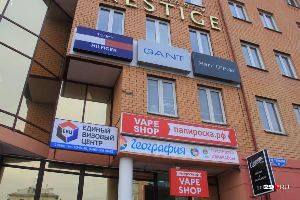Размещение рекламы на фасадах в Архангельске будут приводить в порядок. Правда, для этого нужно дождаться тех, кто займётся разработкой дизайн-кода