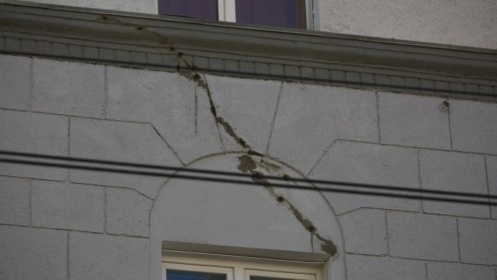 Это не трещины, а инъекции бетона: мэрия объяснила потрескавшийся дом на Советской особым ремонтом