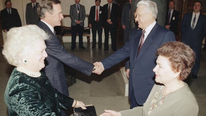 «Нас связывала искренняя симпатия»: Наина Ельцина о дружбе семьями с Джорджем Бушем — старшим